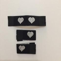 Tkaná černá etiketa se stříbrným srdíčkem