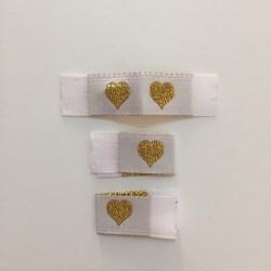 Tkaná bílá etiketa se zlatým srdíčkem